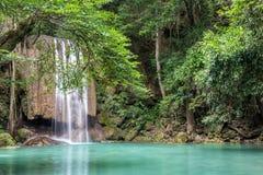 Водопад Erawan в глубоком лесе на национальном парке Erawan, Kanchanaburi, Таиланде Стоковые Фотографии RF