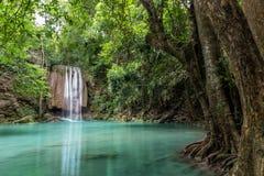 Водопад Erawan в глубоком лесе на национальном парке Erawan, Kanchanaburi, Таиланде Стоковая Фотография