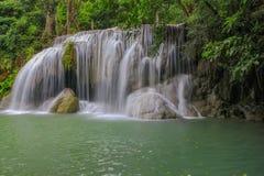 Водопад Erawan в глубоком лесе на провинции Kanchanaburi, Таиланде Стоковые Фото