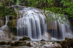 Водопад Erawan в глубоком лесе на провинции Kanchanaburi, Таиланде Стоковое Изображение RF