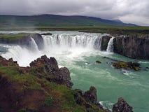 Водопад godafoss Исландии известный в дождливом дне стоковое изображение