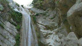 Водопад Heigh скалистый акции видеоматериалы
