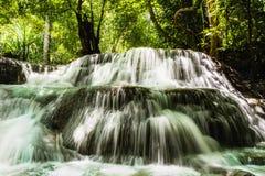 Водопад Huay Mae Kamin, красивый водопад в глубоком лесе на национальном парке запруды Srinakarin - водопад Huay Mae Kamin Kanch Стоковые Фото