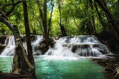 Водопад Huay Mae Kamin, красивый водопад в глубоком лесе на национальном парке запруды Srinakarin - водопад Huay Mae Kamin Kanch Стоковое Изображение RF
