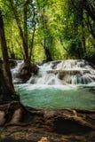 Водопад Huay Mae Kamin, красивый водопад в глубоком лесе на национальном парке запруды Srinakarin - водопад Huay Mae Kamin Kanch Стоковые Изображения