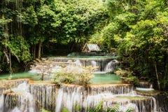 Водопад Huay Mae Kamin, красивый водопад в глубоком лесе на национальном парке запруды Srinakarin - водопад Huay Mae Kamin Kanch Стоковое Фото