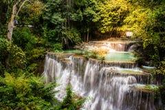 Водопад Huay Mae Kamin, красивый водопад в глубоком лесе на национальном парке запруды Srinakarin - водопад Huay Mae Kamin Kanch Стоковая Фотография