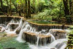 Водопад Huay Mae Kamin, красивый водопад в глубоком лесе на национальном парке запруды Srinakarin - водопад Huay Mae Kamin Kanch Стоковое фото RF