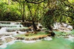 Водопад Huay Mae Kamin, красивый водопад в глубоком лесе на национальном парке запруды Srinakarin - водопад Huay Mae Kamin Kanch Стоковая Фотография RF