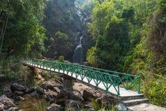 Водопад Jok-kra-звона пути прогулки в лесе Стоковое Фото