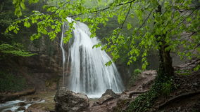 Водопад Jur-Jur среди зеленого леса акции видеоматериалы