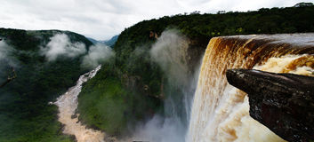 Водопад Kaieteur, одно из самых высокорослых падений в мире в реку Гайану potaro Стоковые Фотографии RF