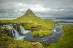 Водопад Kirkjufellsfoss и гора Kirkjufell, Исландия Стоковая Фотография