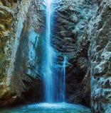 Водопад Millomeris в пещере утеса, горах Troodos стоковая фотография