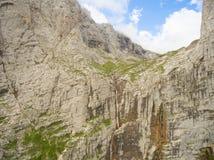 Водопад Pshehsky или заводь Vodopadisty sofrudzhu горы дня caucasus dombay солнечное Стоковая Фотография