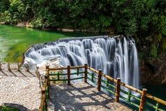 Водопад Shifen в Pingxi, Тайване стоковые фотографии rf