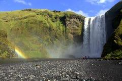 Водопад Skogafoss на реке Skoga на Исландии Стоковая Фотография