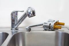Водопроводный кран и раковина кухни Стоковые Изображения