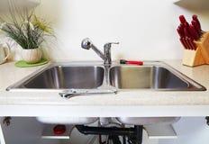 Водопроводный кран и раковина кухни Стоковое фото RF