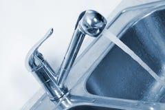 Водопроводный кран и раковина кухни Стоковое Фото