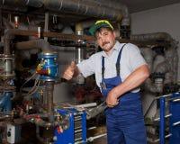 Водопроводчик давая большой палец руки вверх Стоковые Изображения RF