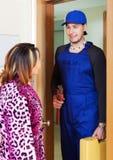 Водопроводчик встречи женщины дома Стоковые Фотографии RF