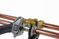 Водопроводчик затягивая вверх pipework Стоковая Фотография