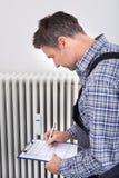 Водопроводчик принимая чтения машины Стоковое Фото