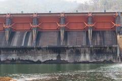 Водосброс гидро электрической запруды Kewlom, провинция Lampang, тайская стоковые изображения