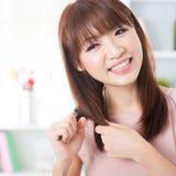 Волосы азиатской девушки чистя щеткой Стоковое Изображение RF