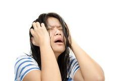 волосы близкой шальной фрустрации коммерсантки идя ее вытягивая усилие усилило вверх по детенышам белой женщины стоковые изображения rf