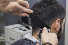 Волосы вырезывания парикмахера стоковая фотография rf
