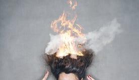 Волосы головы женщины брюнет на огне в пламенах Стоковые Фотографии RF