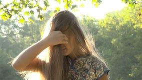 волосы девушки ее играть сток-видео