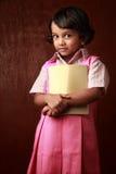 волосы девушки изолировали белизну маленькой студии школы зрачка trifling равномерную Стоковое Изображение