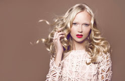 волосы Женщина красоты с очень длинными здоровыми и сияющими курчавыми красными волосами Стоковое Изображение RF