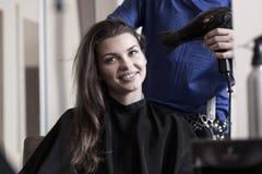 Волосы женщины засыхания парикмахера Стоковые Фотографии RF
