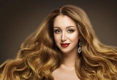 Волосы женщины, стиль причёсок фотомодели, прическа GirÐ длинная, стоковые изображения rf