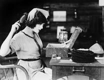 Волосы женщины чистя щеткой (все показанные люди более длинные живущие и никакое имущество не существует Гарантии поставщика что  Стоковое Изображение