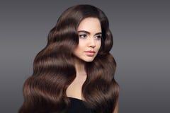 волосы здоровые Красивый портрет девушки брюнет с длинным сияющим w Стоковые Изображения