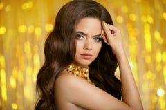 волосы здоровые Красивый портрет женщины брюнет с длинным волнистым h Стоковые Изображения RF