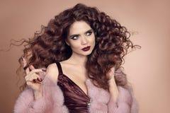 волосы здоровые Портрет очарования красивой модели женщины брюнет Стоковое фото RF