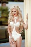 волосы длиной волнистые Красивая сексуальная модель женщины в бежевый представлять бикини стоковые фотографии rf