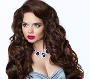 волосы длиной состав Красивая женщина брюнет с чувственной красной губой Стоковые Фотографии RF