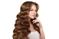 волосы длиной Стиль причёсок скручиваемостей волн Женщина красоты с длинными здоровыми и сияющими ровными черными волосами Updo Р Стоковая Фотография