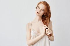 Волосы камеры молодого нежного redhead модельные смотря касающие Стоковые Изображения RF