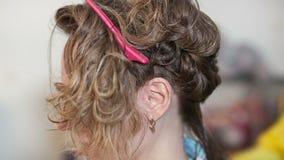 Волосы кератина выправляя дома сток-видео