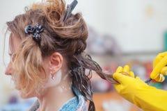 Волосы кератина выправляя дома Стоковые Фотографии RF