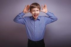 Волосы коричневого цвета мальчика подростка европейского возникновения Стоковые Изображения
