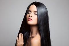 волосы Красивейшая девушка брюнет Здоровые длинние волосы стоковая фотография rf